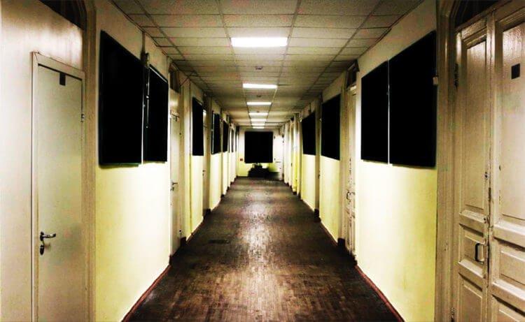 Стены коридора, уходящие от глаз вдаль