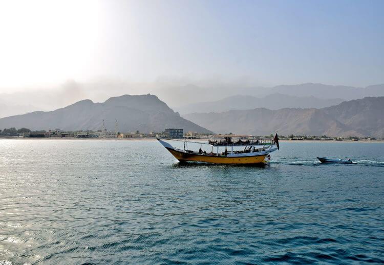 Поворот лодки на воде