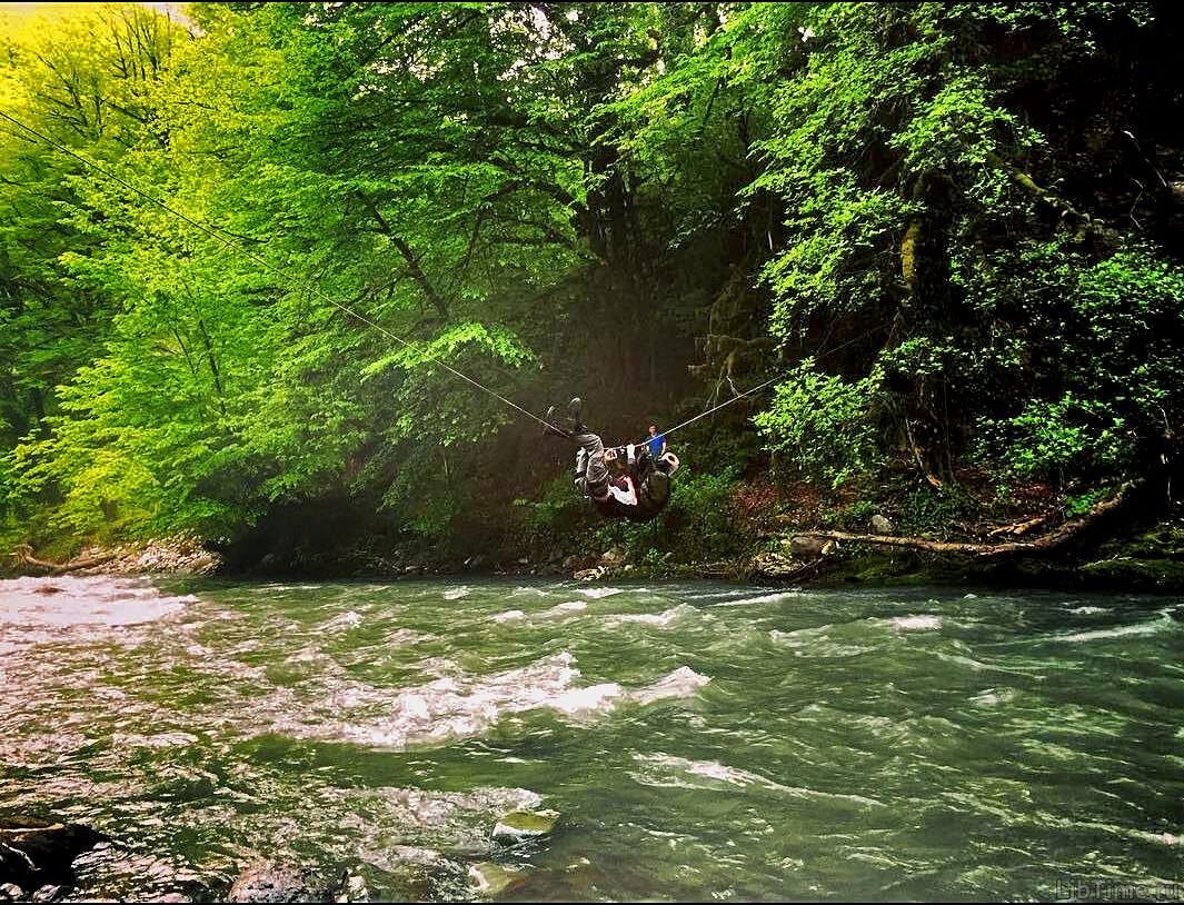 Через реку по веревке